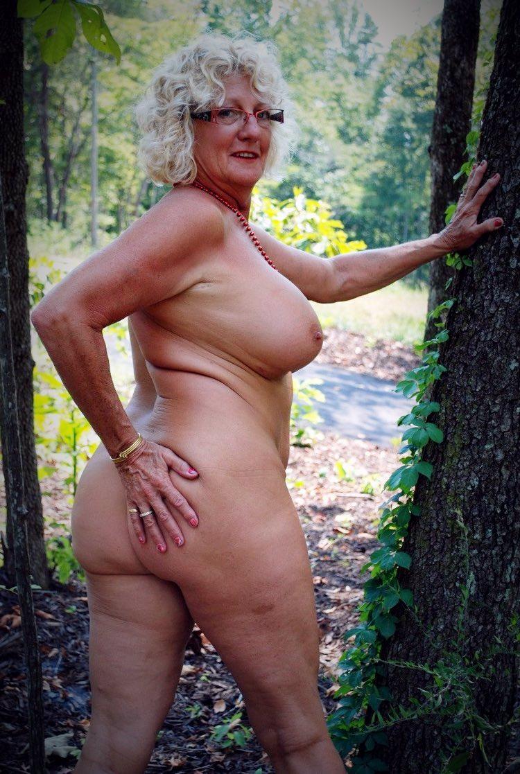 Le gros cul d'une femme mature nue dans la nature