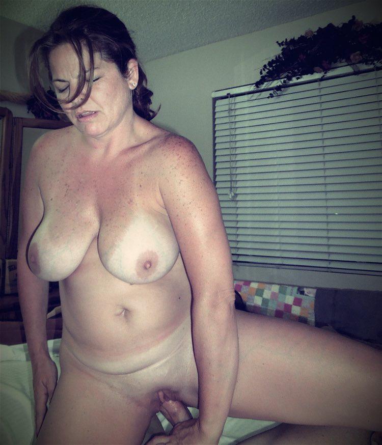 Les gros seins d'une belle femme mûre