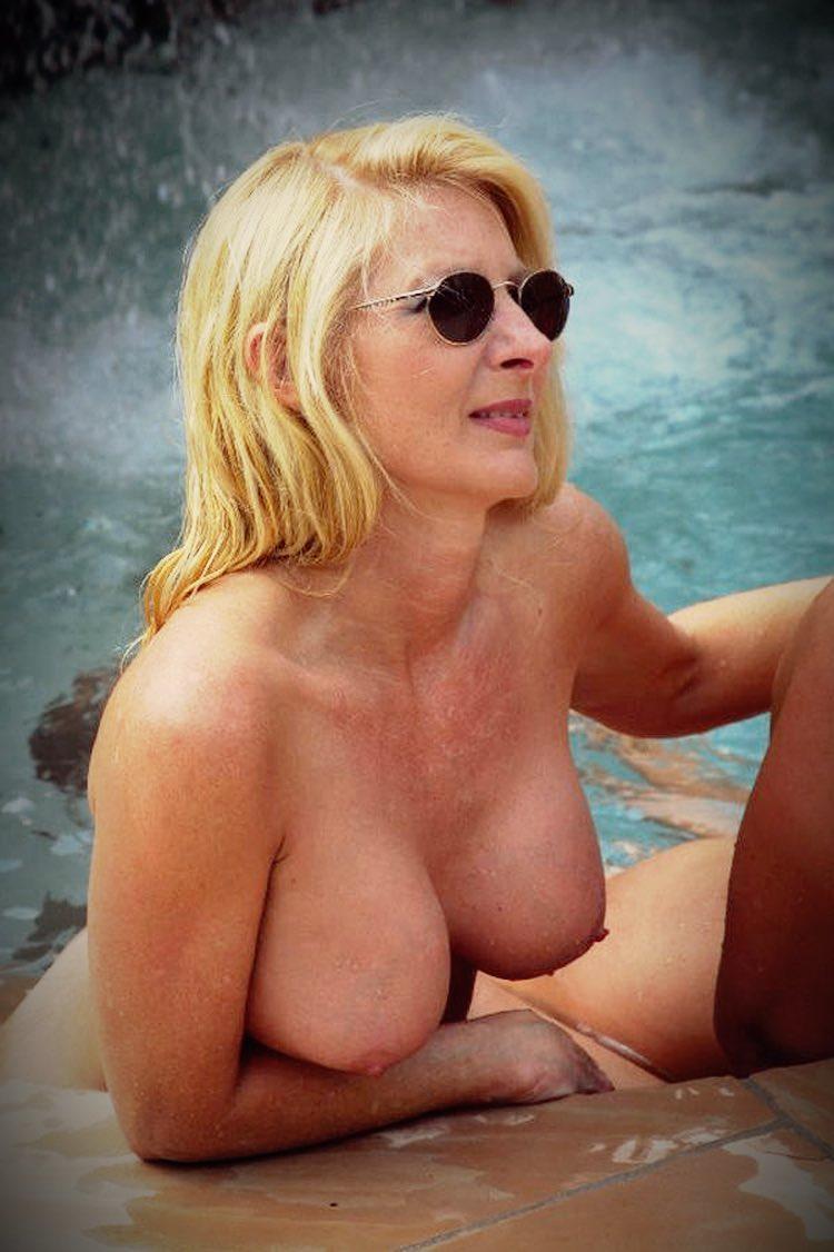 Blonde et cougar nue au bord de la piscine