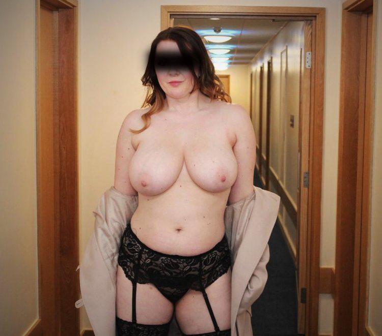 Une ronde nue dans le couloir de l'hôtel