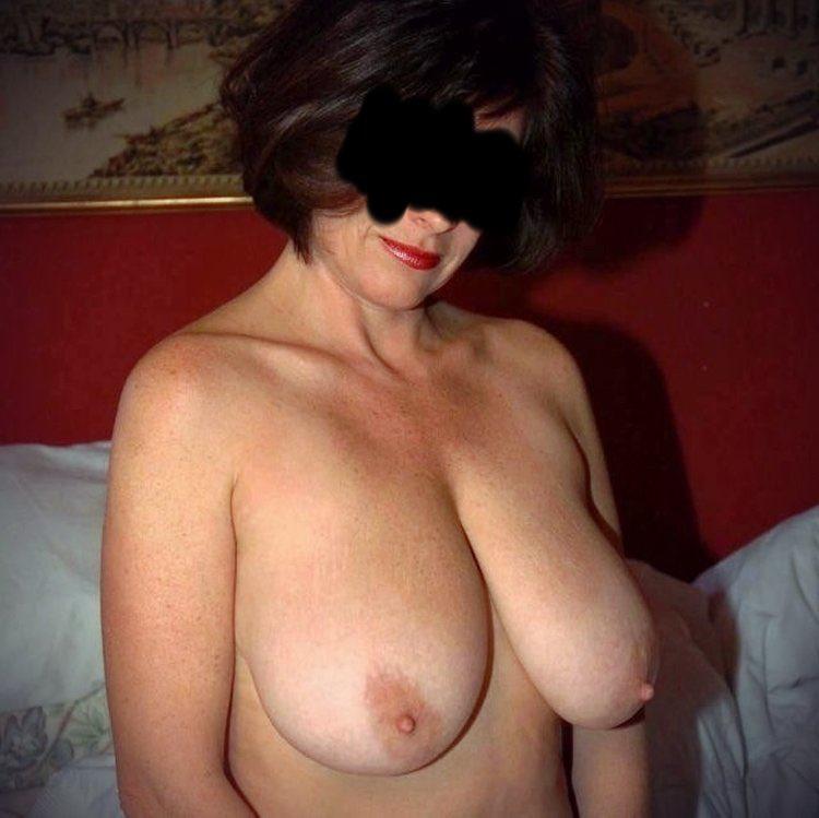Les gros seins excitants d'une cougar sexy