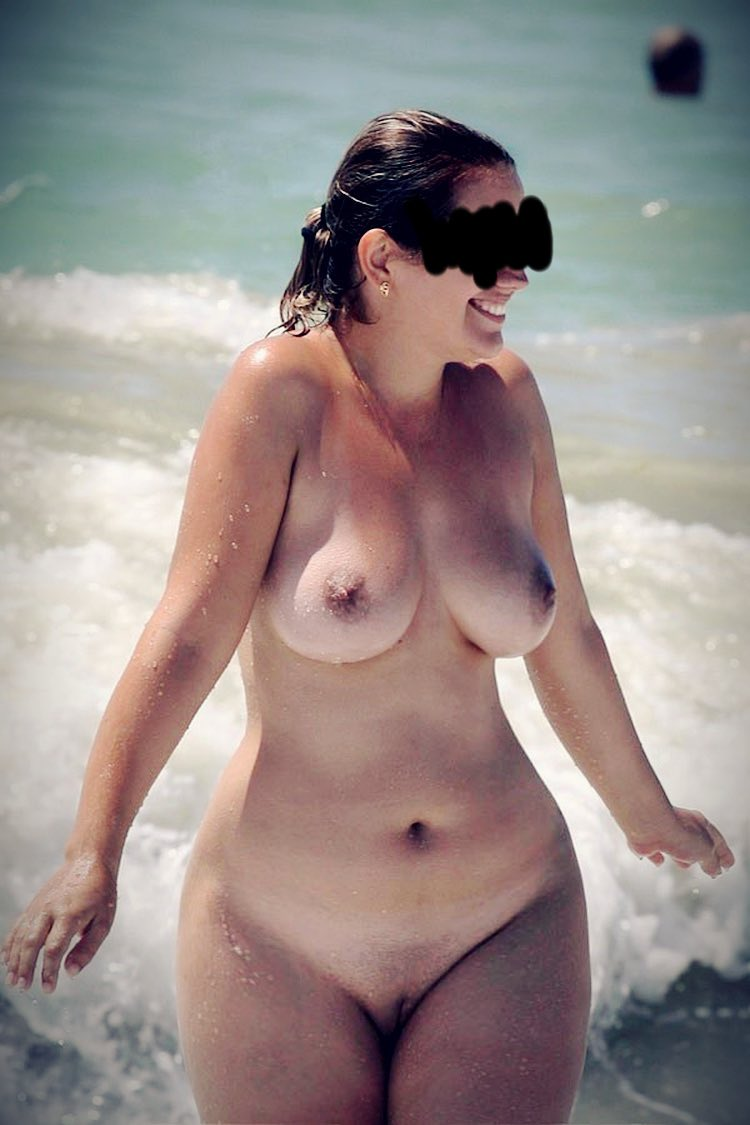 Jolie fille curvy nue expose sa beauté ronde nue